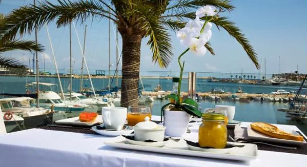 Cocina del mar a la mesa en Dénia desde primera hora del día con las mejores vistas