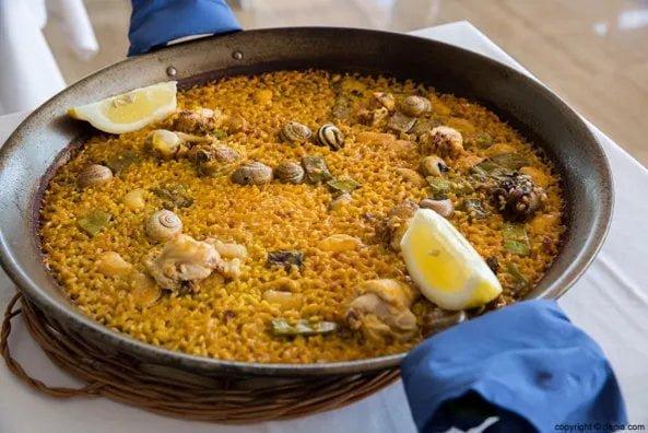 Comer menú del día en Dénia frente al mar es posible.