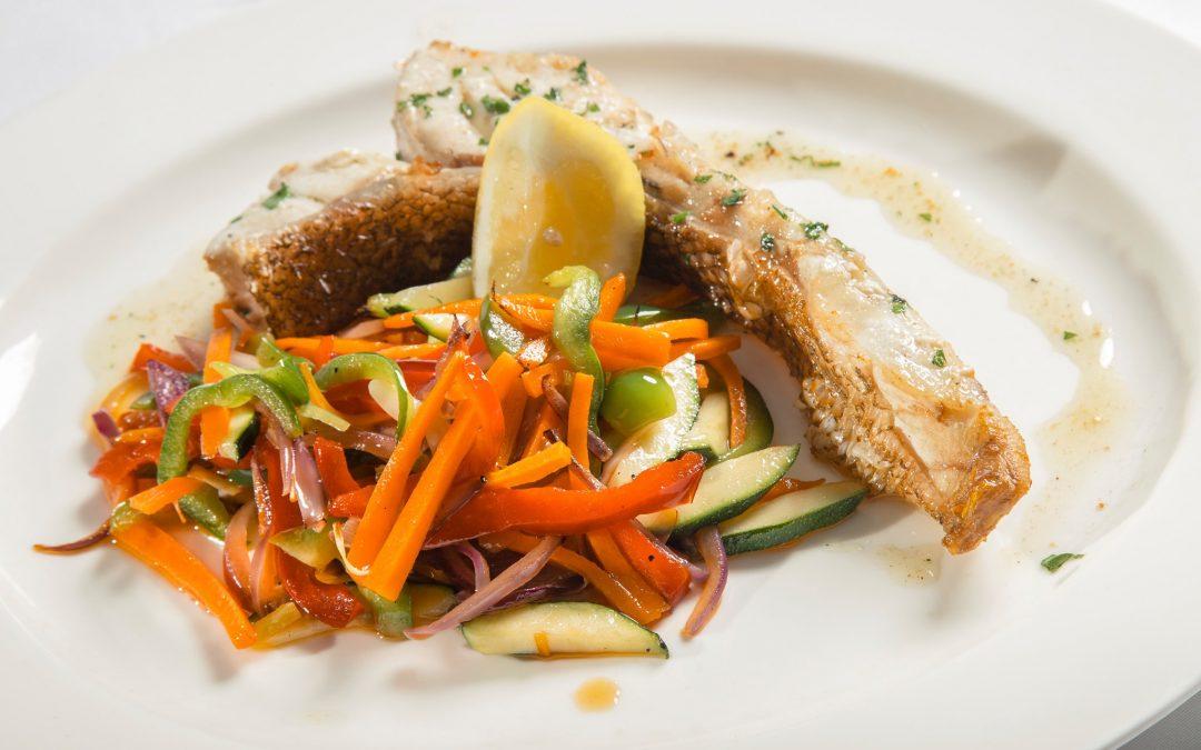 Cocina del mar a la mesa: pescado fresco frente al puerto de Dénia